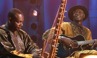 טומאני דיאבטה (משמאל), לצידו של עלי פארקה טורה, מגדולי המוזיקאים שצמחו במאלי
