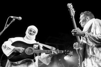 בומבינו וחבר להקת Atri N'assouf בפסטיבל סאנביט 2014 בו הופיעו השניים. צילום: Eyal Levkovich